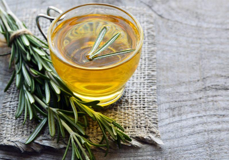Conheça 5 benefícios do chá de alecrim