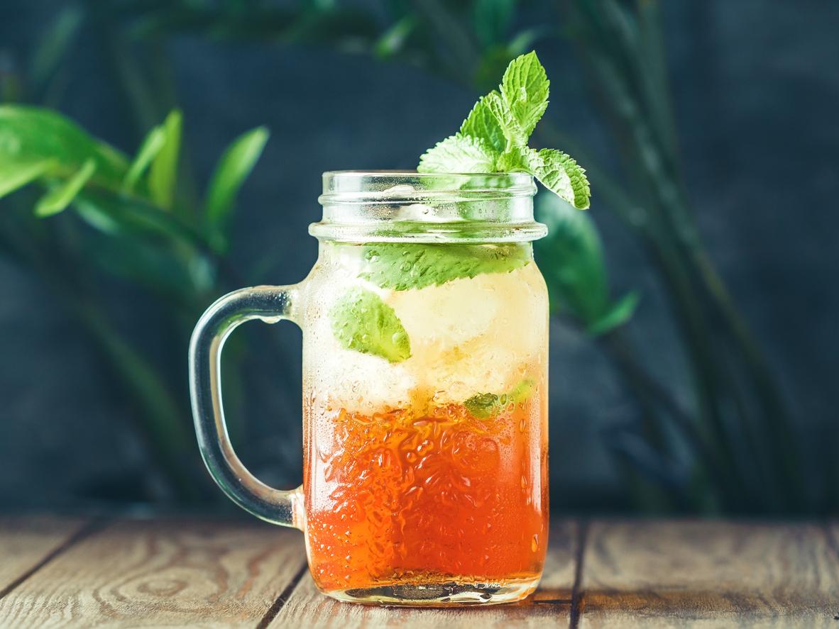 5 drinks de verão com chá para amenizar o calor
